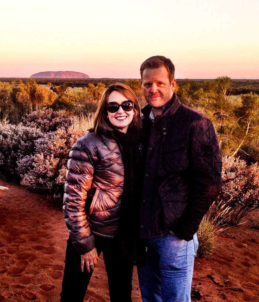 Couple_in_front_of_Uluru_in_distance