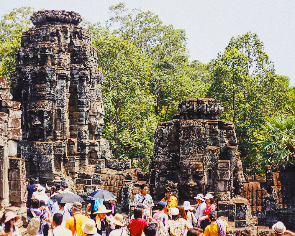 overcrowded-tourists-temple