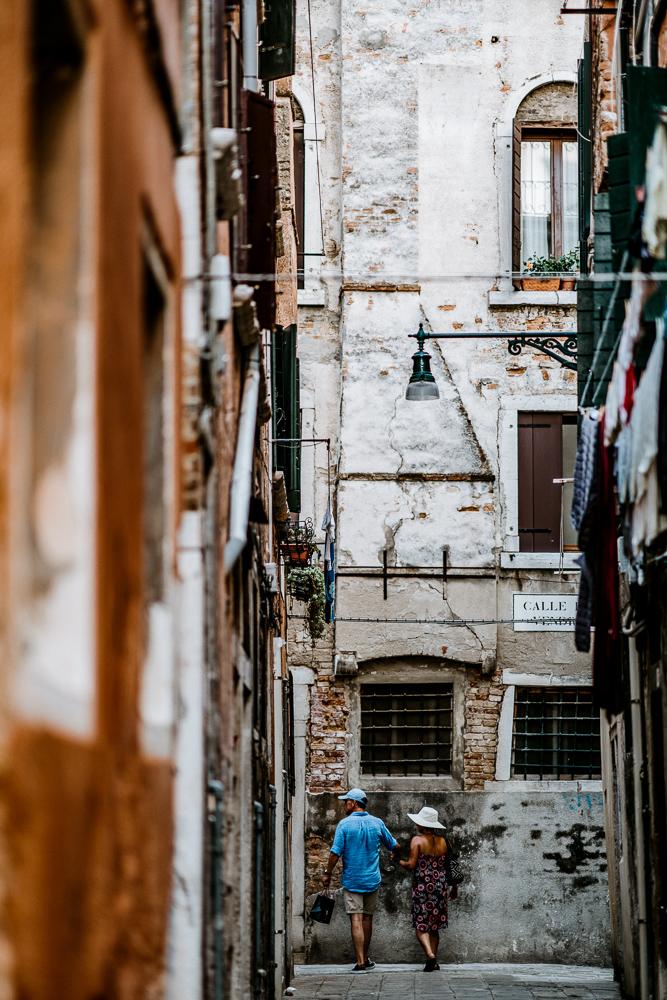 couple-in-alleyway